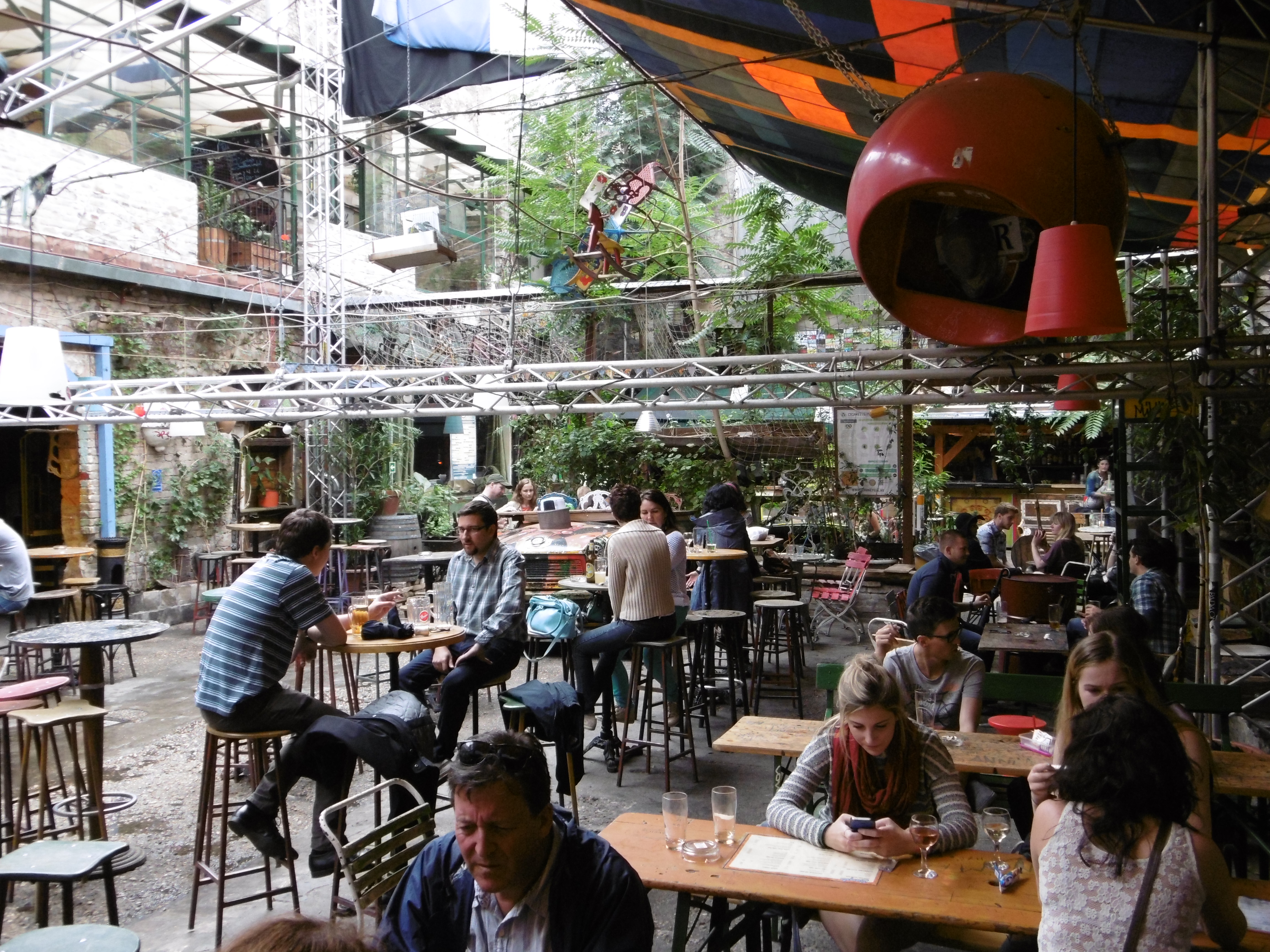 Szimpla kert bar populaire et branch de budapest my for Restaurant atypique